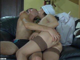 Русская пышная мамка выебана сыном-хиппи в туалете