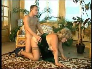 Толстая мамаша сосет и трахается с парнем дома