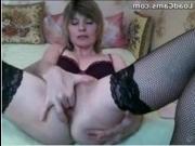 Красивая молодая сучка мастурбирует вагину - видео