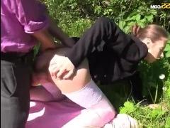 Молодая учительница сосет и трахается с любимым учеником на природе